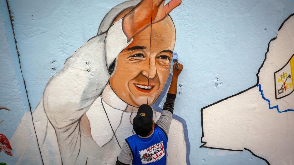Sein Bild ist schon da: An einer Wand der Kathedrale Unserer Lieben Frau der Erlösung in Bagdad entsteht ein Porträt des Papstes, der mit durchgeimpfter Delegation anreisen wird.