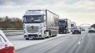 Probefahrt für Platooning: Drei autonom fahrende, aber vernetzte Lastwagen bewegen sich im Verbund von Stuttgart nach Rotterdam.