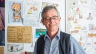 Markus Weber ist ein Büchernarr und ein Kaufmann zugleich. Weshalb über den Aktenordnern im Moritz-Verlagsbüro die persönlichen Grüße seiner Autoren an ihn hängen.