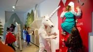 Verkleidet durch die Kulissen: Im Museum können Kinder in Märchenrollen schlüpfen.