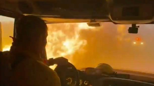 Feuerwehr filmt Flammen-Inferno in Nevada