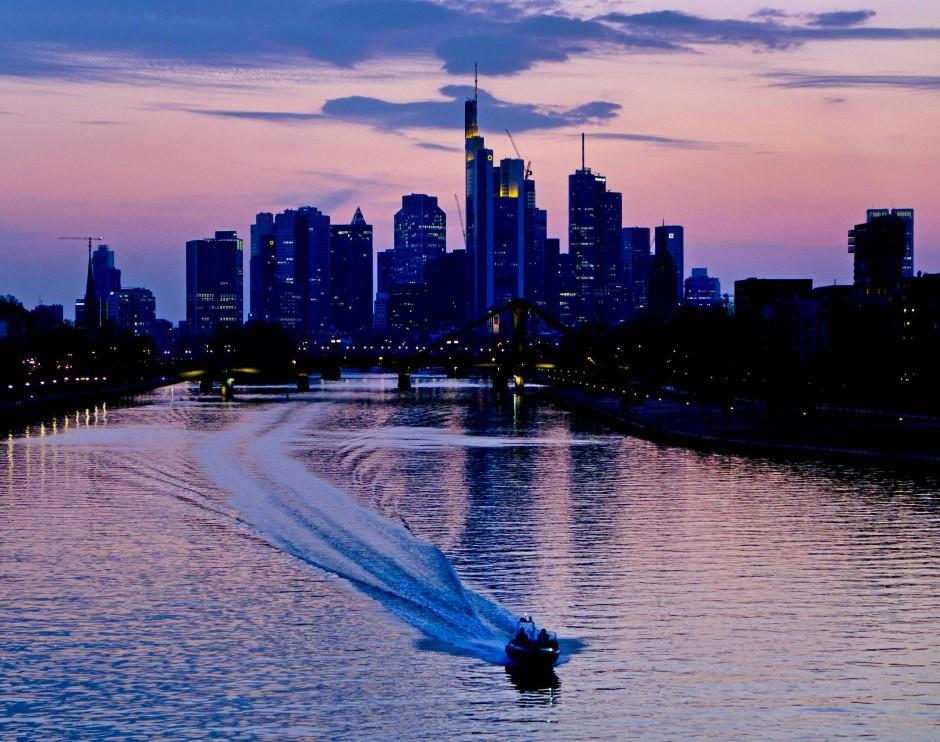 Ein Polizeiboot fährt auf dem Main vor der Frankfurter Skyline.