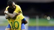 Gabriel Barbosa und sein Teamkollege Neymar feiern ein Tor gegen Dänemark.
