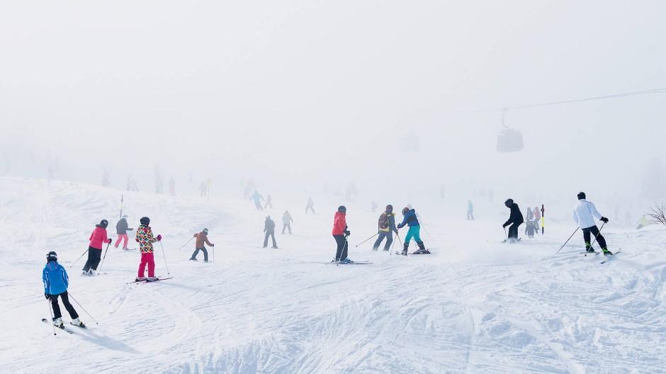 Skipiste im Zillertal in Tirol: Schnee, Nebel und Wolken verwirren rasch die Sinne.