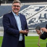 Schlüssel für das Stadion: Oberbürgermeister Feldmann (rechts) überreicht ihn an Eintracht-Vorstandsmitglied Hellmann.