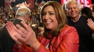 Sie hat die Unterstützung des früheren spanischen Ministerpräsidenten Felipe Gonzales (2. v.l.): Die andalusische Regionalpräsidentin Susana Diaz will die Sozialisten führen.