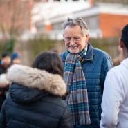 Generationen im Dialog: Auf dem Pausenhof der IGS Eschersheim spricht Ernst Kucharczyk mit Schülern.