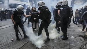 Tränengas, Wasserwerfer, 120 Festnahmen
