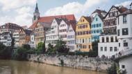 Das Schönste ist auch das Heiligste: Die bunten Häuser der Altstadt von Tübingen. Blick von der Eberhardsbrücke.
