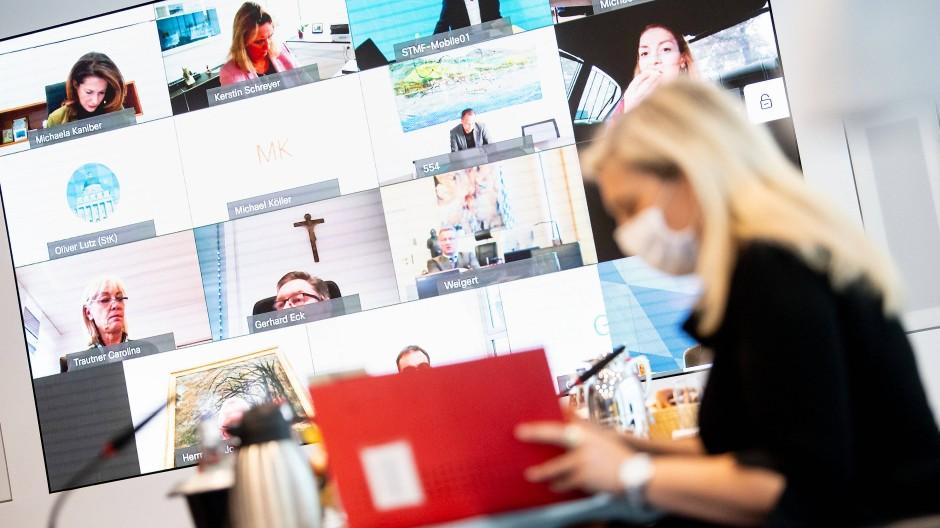 Auch das bayrische Kabinett ist auf Videokonferenzen angewiesen.