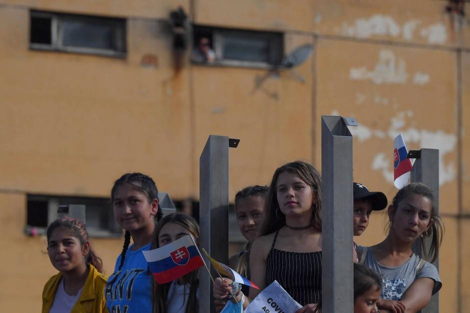 Neugierige Kinder: Die Jüngsten konnten die Ankunft von Papst Franziskus in ihrem Viertel kaum erwarten.