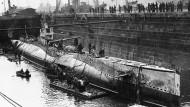 """Das amerikanische U-Boot """"USS S-4"""" 1928 in Boston. Das Boot war nach einem Unfall gesunken, ein Zerstörer der amerikanischen Küstenwache hatte es versehentlich gerammt. 40 Seemänner kamen ums Leben. Sechs von ihnen hätten es fast geschafft: Sie retteten sich in einen Torpedoraum, aber auch dort ging ihnen der Sauerstoff aus, während die Rettungskräfte sie wegen eines Sturms nicht erreichten."""