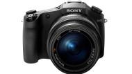 Buckelbrücke: Die wuchtige Erscheinung der Bridge-Kamera Sony Cybershot RX 10 verschwindet beinahe hinter dem mächtigen Vario-Sonnar, das über den gesamten Brennweitenbereich die Lichtstärke 1:2,8 hat.