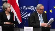 Großbritanniens Premierministerin, Theresa May und EU-Kommissionspräsident, Jean-Claude Juncker bei einer Pressekonferenz im März.