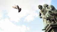 Das Brüder Grimm Denkmal am Marktplatz im hessischen Hanau