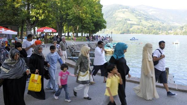 Arabische Touristinnen randalieren in einer Bank
