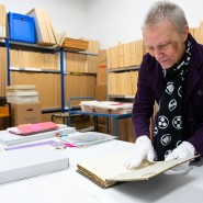 Ein Reich aus Fotopapier, Pappen und Geschichte: Kuratorin Martha Caspers in einem Raum der fotografischen Sammlung des Historischen Museums Frankfurt