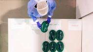 Eine Ärztin stellt am 23. September Spritzen mit dem Corona-Impfstoff von BioNTech in einem Impfzentrum in Dresden auf einen Tisch.