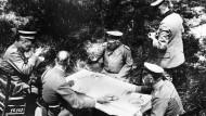 Mittagessen mit dem Kaiser. Wilhelm II. (Mitte) wurde vermutlich kein hannoversches Einheitsbrot zur Suppe gereicht. Aufnahme vom Juni 1918.