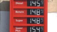 Ölpreis fällt, Benzinpreise wieder hoch