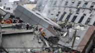 Erdbeben bringt Hochhaus zu Fall