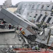 Rettungskräfte suchen in den Trümmern eines eingestürzten Wohnhauses nach Überlebenden.