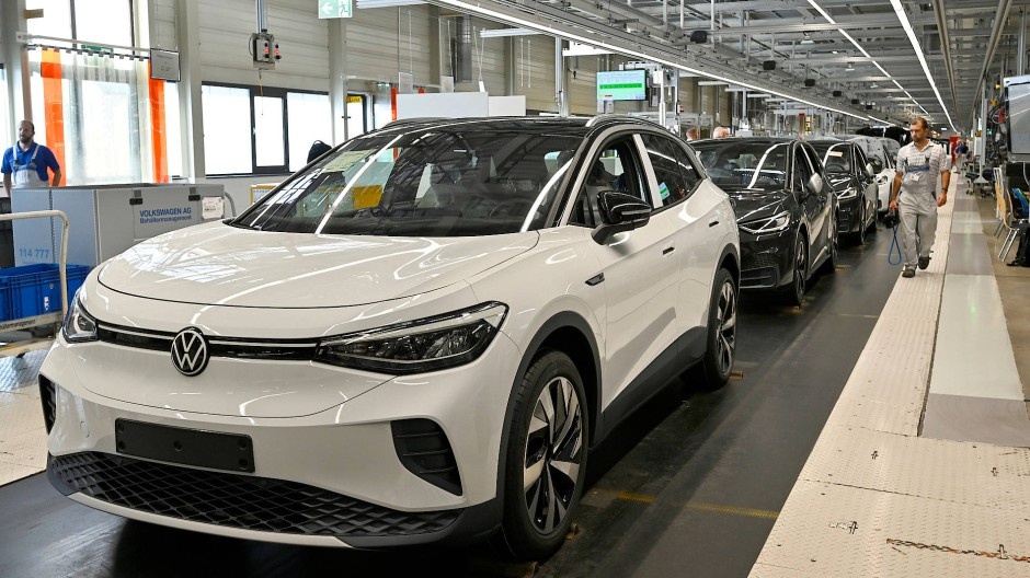 Der Automobilkonzern zeigt sich krisenfest: Hier die Produktion des Elektroautos ID.3 im VW-Werk in Zwickau.