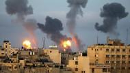 Israelische Militärschläge: Über Häusern im südlichen Gazastreifen sind am Morgen des 11. Mai Rauch und Flammen zu sehen.