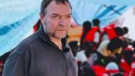 """Kapitän Claus-Peter Reisch am Deck des Rettungsschiffes """"Eleonore"""""""