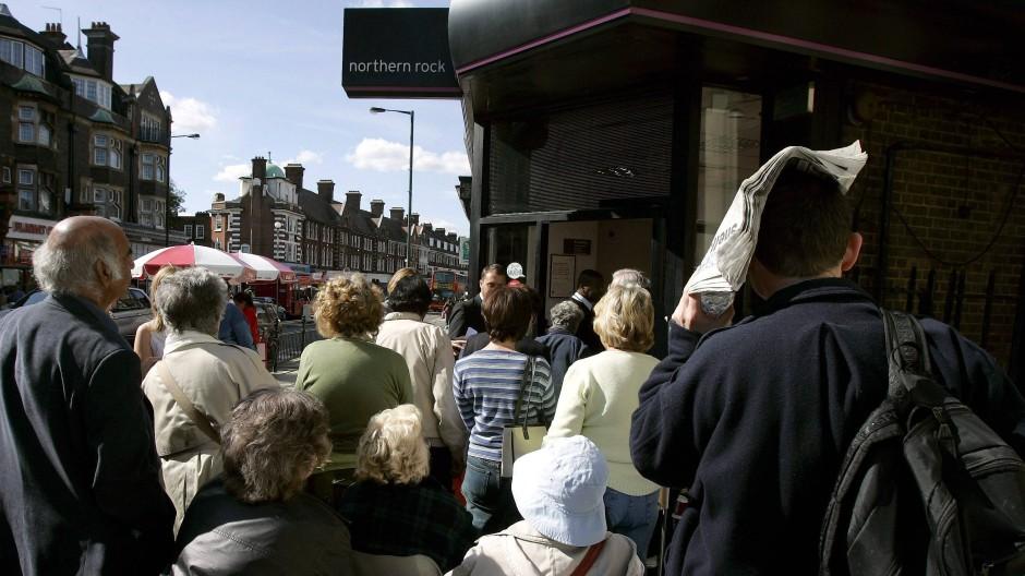September 2007: Kunden der Northern Rock Bank drängen in eine Filiale in London.
