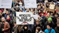 """Uploadfilter als Bestandteil der EU-Urheberrechtsreform?: Demonstranten des Bündnisses """"Berlin gegen 13"""" in der Hauptstadt"""