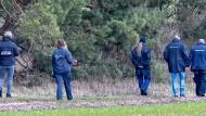 Kriminaltechniker und Beamte der Kriminalpolizei während einer Suche nach Rebecca am 12. März im Landkreis Oder-Spree. (Archivbild)