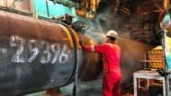 An Bord des Tiefseerohrverlegerschiffs Solitaire der Allseas wird ein Rohr für die Nord Stream 2-Pipeline in der Ostsee vorbereitet.