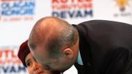 Erdogan küsst das kleine Mädchen, von dessen möglichem Heldentod er vor versammelter Mannschaft sprach.