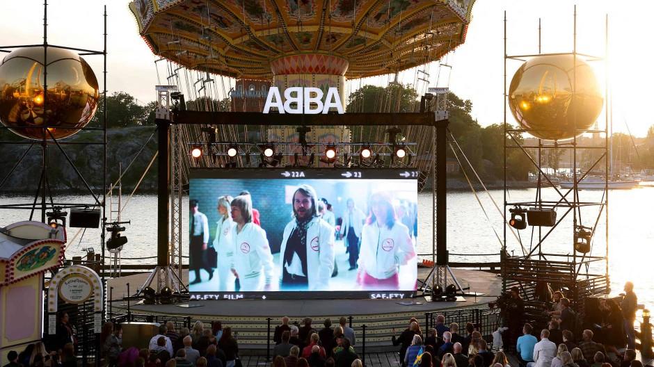 Mitglieder der Kultgruppe ABBA auf einem Bildschirm beim Voyage-Event in Stockholm