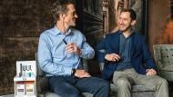 Den Juul-Stick immer in der Hand: Die beiden ehemaligen Stanford-Studenten Adam Bowen und James Monsees (von links) haben die E-Zigarette Juul erfunden.