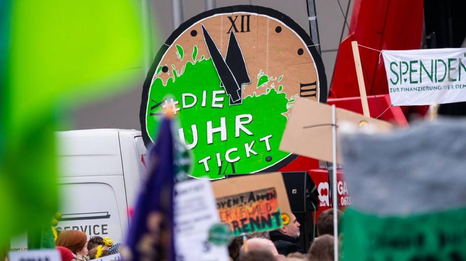 """""""Die Uhr tickt"""": Tausende Demonstranten protestieren in Mainz für eine bessere Klimapolitik."""