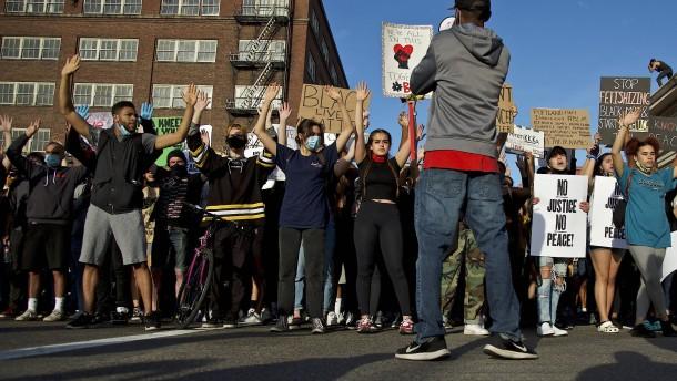 Polizei setzt Tränengas gegen Demonstranten ein