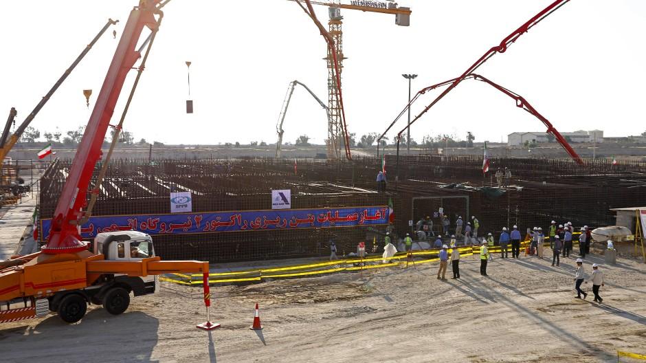 Neuer Atomreaktor und Ölfeld im Iran