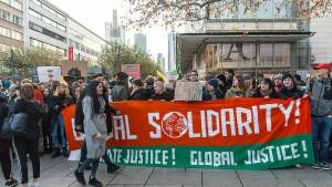 Klimaschützer blockieren Frankfurts Einkaufsmeile