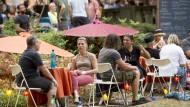 Feier und Folklore: Der traditionelle Mainzer Weinmarkt im Stadtpark findet am letzten August- und am ersten Septemberwochenende statt.
