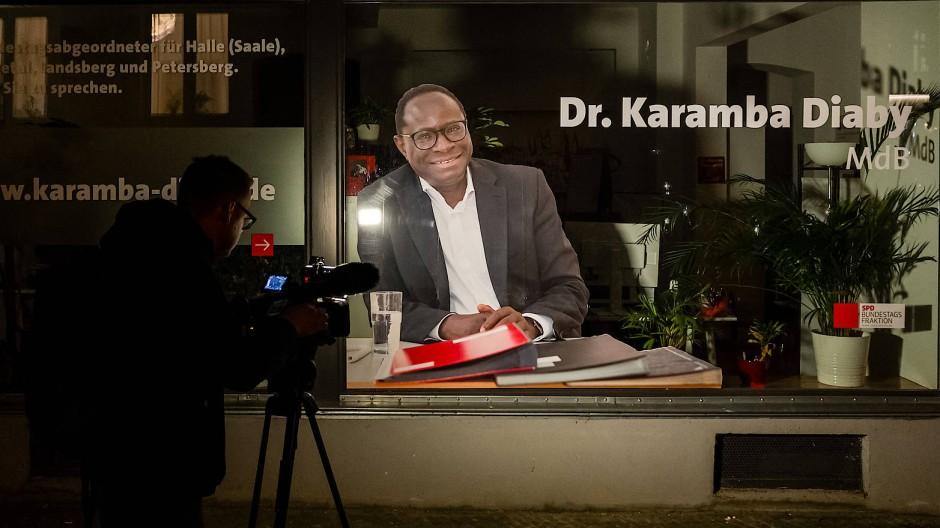 Das ändert nichts an meiner Entschlossenheit, für eine offene Gesellschaft einzustehen: Ein Kriminaltechniker untersucht das Bürgerbüro von Karamba Diaby, SPD, MdB, auf das aus bisher unbekannten Motiven geschossen wurde.