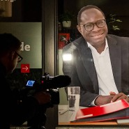 """""""Das ändert nichts an meiner Entschlossenheit, für eine offene Gesellschaft einzustehen"""": Ein Kriminaltechniker untersucht das Bürgerbüro von Karamba Diaby, SPD, MdB, auf das aus bisher unbekannten Motiven geschossen wurde."""