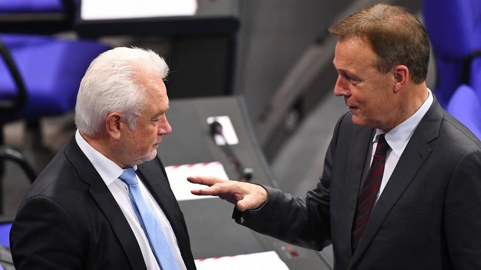Als Abstand im Bundestag nur politisch gewahrt wurde: Der damalige SPD-Fraktionschef Oppermann (rechts) und der FDP-Abgeordnete Kubicki 2017 im Bundestag. Heute sind beide Vizepräsidenten des Parlaments.