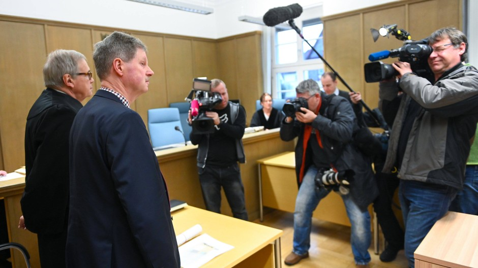 Prozess gegen den Bürgermeister von Neukirchen: Klemens Olbrich (zweiter von links) wird fahrlässige Tötung vorgeworfen.