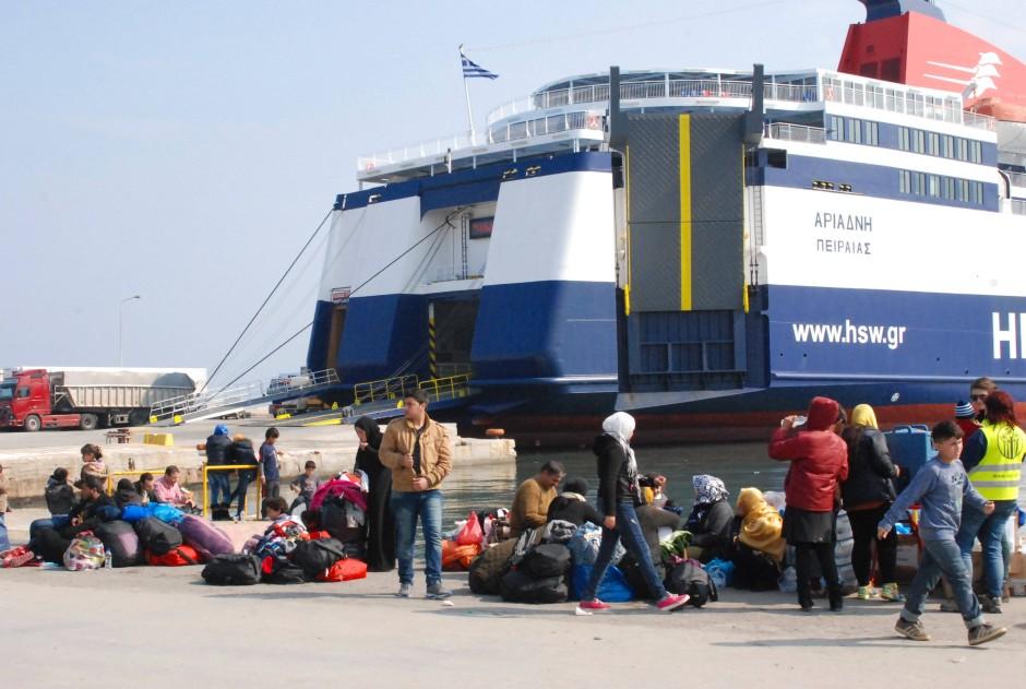 Den Flüchtlingen, die hier im Hafen der Insel Lesbos vor einer Fähre warten, gelang die Überfahrt von der Türkei am frühen Sonntagmorgen noch.