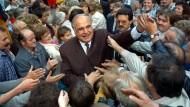 """Bundeskanzler Helmut Kohl, der ?Kanzler der Einheit"""" nimmt am 05.09.1990 während einer Wahlkampfveranstaltung in Heiligenstadt in Thüringen ein Bad in der Menge."""
