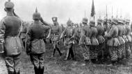 Kaiser Wilhelm II., hier bei einer Truppeninspektion an der Front. Undatierte Aufnahme.