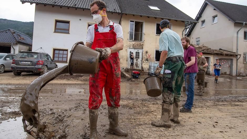 Aufräumarbeiten im rheinland-pfälzischen Altenahr am 27. Juli 2021