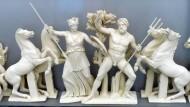 Eine Rekonstruktion des Westgiebels des Parthenons: Athene und Poseidon streiten darum, wer Schutzgottheit der Stadt Athen werden soll.